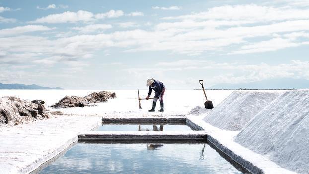 PREMIERE: Bajo La Sal (Below the Salt)